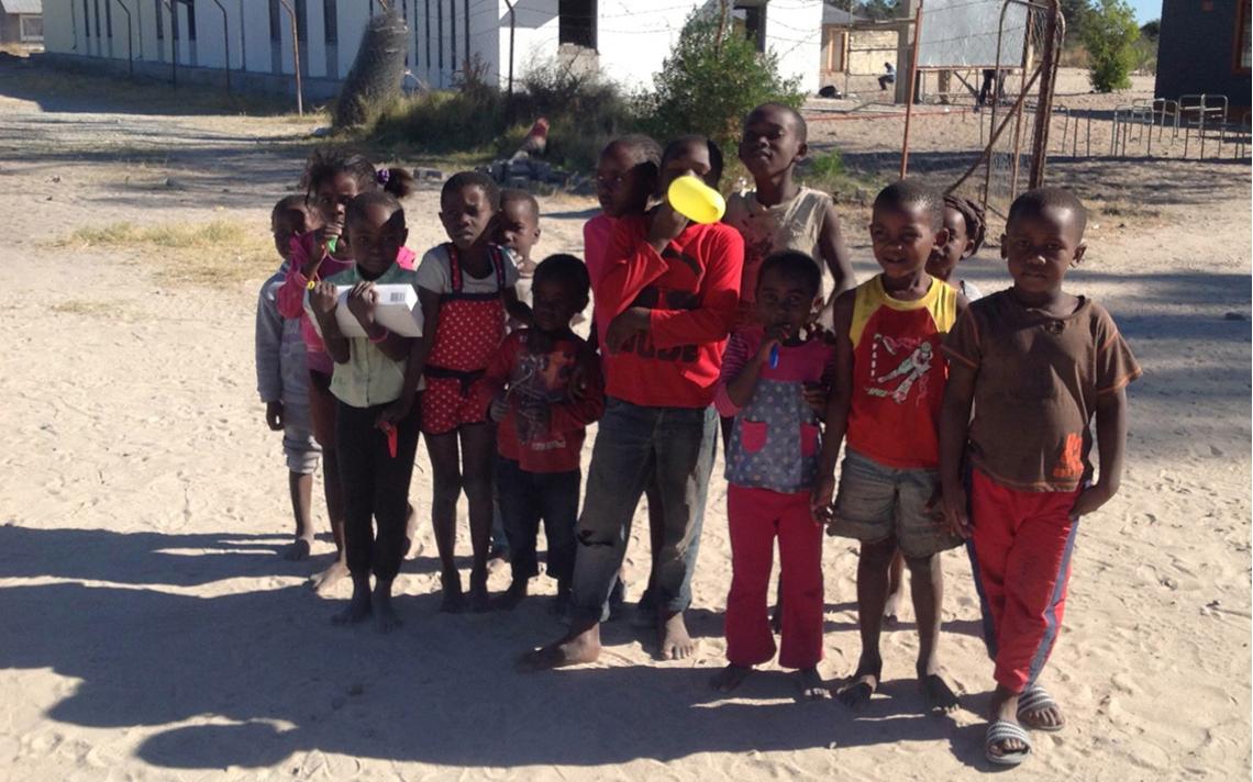 kinderen voor school Namibië