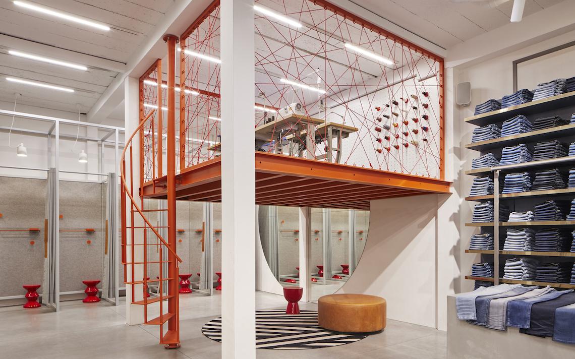 entresol naaiatelier de Rode Winkel, staalconstructie oranje