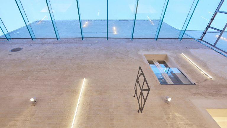 architectuur glasdak steeg verbinding blauwstaal